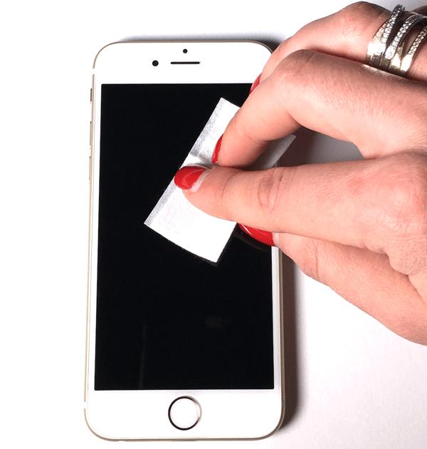 Smartphone mit Feuchttuch polieren